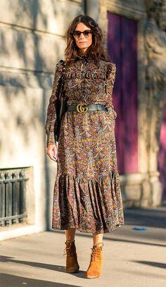 Street style look com bota e vestido.