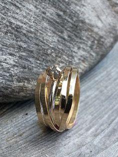 Idylliz; Geelgouden ring van hergebruikt goud. Tussenschuifring met ruwe diamant.