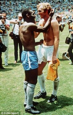 England's Bobby Moore shakes hands with Brazil's Pelé after Brazil defeated England, in the 1970 World Cup. Football Icon, Retro Football, World Football, Football Soccer, Bobby Moore, Football Images, Sports Images, Sports Photos, American Football