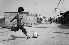 Street Football (or Street Soccer in the US) are small-sided football games with ground moves in a street game format. Learn more about street football. Soccer Art, Soccer Boys, Soccer Photography, Street Photography, Action Photography, American Football, Pure Football, Kids Football, Football Sleeves