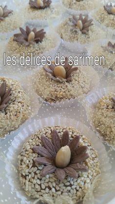 _Salem 3aleykoum / Bonjour à tous : _Pour les ingrédients : _400 g de fruits secs (noix, noisettes ,amandes ) _120 g de sucre glace _1a2 oeufs battus _Extrait d'amandes douce _1 blanc d'œuf _Amandes concassées (je les ai remplacer par les sésame). _De...