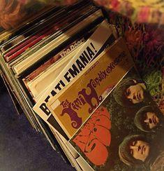 Vinyl records The Beatles Jimi Hendrix Retro Vintage, Vintage Vibes, Vintage Grunge, Vintage Music, Vintage Black, Music Aesthetic, Aesthetic Vintage, Aesthetic Yellow, Aesthetic People