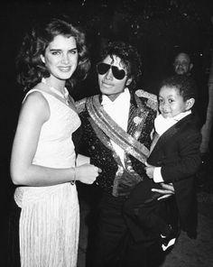 1984 Brooke Shields, all'epoca diciottenne, con Michael Jackson e il giovane attore Emmanuel Lewis. Tra la diva e la popstar ci fu una relazione rivelata solo molti anni dopo
