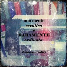 """Una mente creativa è raramente ordinata"" Una mente creativa es raramente ordenada."