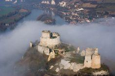 """""""Qu'elle est belle ma fille d'un an !""""… S'exclame Richard Cœur de Lion, roi d'Angleterre et duc de Normandie, en contemplant l'imposante forteresse qu'il fait édifier de 1196 à 1198. Les vestiges majestueux du Château surplombe depuis plus de 800 ans, la ville des Andelys et l'une des plus belles boucles de la Seine normande. Le châteauu a inspiré les romantiques anglais, les impressionnistes, les poètes et écrivains contemporains. http://www.lesandelys-tourisme.fr"""