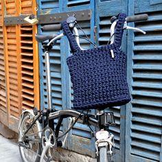 a mà. cesta para bicicletas Brompton. www.amacrochet.com Cesta M. Cesta con asas para colgar del manillar de la bicicleta, perfecta para tu Brompton.  Tiene un tamaño medio, ideal para llevar tu ipad! Cuando la quitas de la bicicleta puedes llevarla como un bolso.