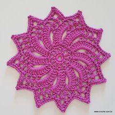 Neste passo a passo vamos aprender a confeccionar a FLOR ZÍNIA. Uma flor sem relevo e com 12 pétalas excelente para trabalhos como trilhos de mesa ou tapetes
