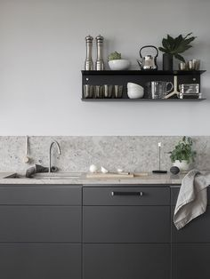 Dark grey kitchen with a natural stone top COCO LAPINE DESIGN Minimalist Kitchen Coco dark Design Grey Kitchen Lapine natural Stone Top Grey Kitchen Designs, Rustic Kitchen Design, Quartz Backsplash, Kitchen Backsplash, Granite Kitchen, Backsplash Cheap, Travertine Backsplash, Beadboard Backsplash, Herringbone Backsplash