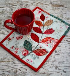 Mug rug/ with Corner Pocket Tutorial Patchwork*Pottery Mug Rug Patterns, Quilt Patterns, Apron Patterns, Dress Patterns, Small Quilts, Mini Quilts, Quilting Projects, Sewing Projects, Fabric Crafts