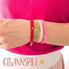 LIEBE ♥️ ARMBAND ♥️ GIVEAWAY ♥️ #whattheworldneedsnow  Ich verlose 3 (von mir) handgewebte Armbänder für Frauen mit goldenem Herz Aufdruck in den Farben rot, grün, rosa oder neonpink im Wert von 12€ (Werbung). Was ist zu tun?  1. Like dieses Bild 2. Schreib in einem Kommentar, deine Wunschfarbe (rot, grün, rosa, neonpink)  Das Gewinnspiel endet am 13. 4. 2020. Die glücklichen Gewinnerinnen werden von mir gezogen und in einem Post bekanntgegeben. Wenn du gewonnen hast, melde dich bitte per… Bohostyle, Pink, Bangles, Dm, Vw Bus, Giveaway, Jewelry, Fashion, Wall Rugs