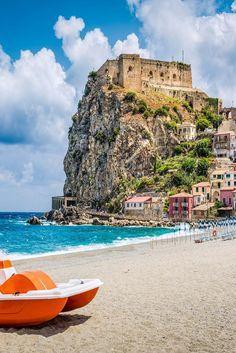 Kalabrien ist die südlichste Region Italiens und vielleicht auch die Schönste von allen. An der Stiefelspitze findet ihr ein Stück Italien, das euch mit kleinen verträumten Städtchen und kristallklarem Meer verzaubern wird.