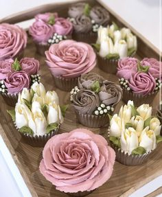 I can teach you how to make these gorgeous buttercream blooms. I offer tutorial videos on my website for each flower and how to assemble into a bouquet 💐 all currencies accepted! (Some FREE tutorials too! Mini Cakes, Cupcake Cakes, Buttercream Cupcakes, Mocha Cupcakes, Banana Cupcakes, Strawberry Cupcakes, Easter Cupcakes, Velvet Cupcakes, Christmas Cupcakes