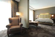 U bent verzekerd van een goede nachtrust als u overnacht in één van onze 196 royale kamers. Droom weg in een comfortabel bed, opgemaakt met strak wit linnen. Onze kamers zijn voorzien van alles wat u nodig heeft tijdens uw verblijf en voor een rustgevende nacht. Met een kleine upgrade naar de Luxe Comfort kamer of één  van onze veelzijdige suites ervaart u ware weelde met faciliteiten als een whirlpool of stortdouche. U geniet van een optimaal comfort!