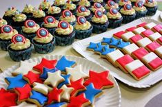 cumpleaños temática de Capitán America Captain America Party, Captain America Birthday, Hulk Party, Superhero Party, Pastel Capitan America, Wonder Woman Party, Fourth Of July Food, Third Birthday, Holidays And Events