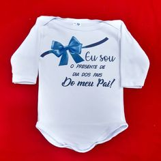 Body baby - Eu sou o melhor presente ❤️😍 #rejpersonalizados #Rejestamparia #bodyinfantil #bodypersonalizado #body #babybody Onesies, Clothes, Style, Family Shirts, Cheap Baby Clothes, Baby Prints, Personalized Baby Clothes, Baby Bodysuit, Pregnancy Announcement To