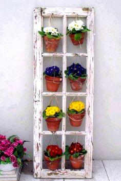 Gammel vinduesramme – dekorativ idé til terrassen eller altanen …
