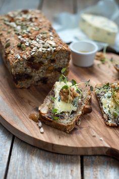 deilig brød med ost Banana Bread, Good Food, Food And Drink, Healthy Recipes, Baking, Desserts, Breads, Health Recipes, Tailgate Desserts