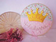 Bastidor decorado feltro e tecido, tema princesa / coroa - por Riquezinha Ateliê - https://www.facebook.com/Riquezinhaatelie