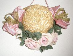 Cappellino in paglia naturale con rose rosa in pasta di mais