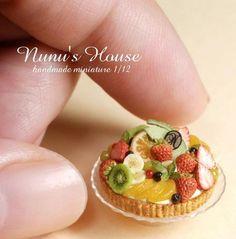 Fruit Tart by Nunu's House for miniature dollhouse bakery. Miniature Crafts, Miniature Food, Miniature Dolls, Tiny Food, Fake Food, Polymer Clay Miniatures, Dollhouse Miniatures, Mini Pastries, Barbie Food