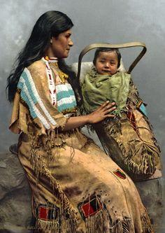 Mulher e criança da nação indígena Chippewa (EUA), em 1900.