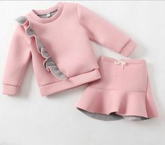 Se le puede adhere un ruffle a un sweatshirt Baby Girl Fashion, Kids Fashion, African Dresses For Kids, Little Girl Dresses, Baby Sewing, Kids Wear, Baby Dress, Doll Clothes, Kids Outfits