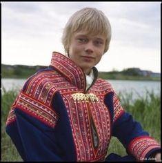 国境をまたがり生活する北欧の少数民族サーミ。まるで妖精のような彼らの画像をまとめました。 Folk Costume, Costumes, Culture, My Heritage, People Of The World, First Nations, Male Beauty, Traditional Dresses, Dance Wear