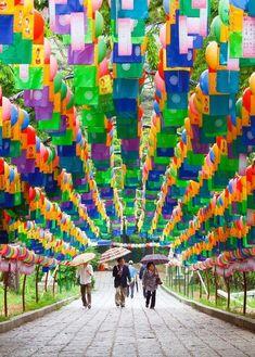 Túnel de lanternas em Beomeosa Temple em Busan, Coréia do Sul.
