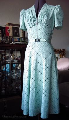 Vintage Fashion A 1939 dress made from a vintage sewing pattern. - 1938 cotton dress from vintage sewing pattern Image Fashion, Look Fashion, Retro Fashion, Club Fashion, Fashion Couple, Fashion Tips, Men Fashion, Korean Fashion, Winter Fashion