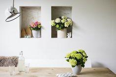 Met de start van een nieuw kalenderjaar, breekt ook een nieuw bloeiseizoen aan voor de kamer-hortensia, de interieurversie van de bekende tuinplant. De hortensia is opgebouwd uit tientallen minibloempjes die samen een groot en kleurrijk bloemscherm vormen. De decoratieve kamerplant is daarmee ideaal om te stylen volgens de groentrend 'Equalise'. Je hoeft daarvoor niet het hele