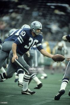 Runningback Dan Reeves #30 of the Dallas Cowboys hands the ball off during a game in 1971.