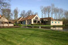 Deze luxueuze volledige ingerichte hoeve is gelegen in het dorpje Aartrijke, deelgemeente van  Zedelgem, in de provincie West-Vlaanderen. Met een waanzinnig zicht op omliggende bossen en velden, kan u op deze ideale plek genieten samen met je vrienden, collega's of familie. Deze hoeve is namelijk geschikt voor 24 tot 30 personen.