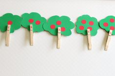 Apple theme counting activity for preschoolers. A fine motor apple tree activity for learning numbers. Kindergarten Crafts, Preschool Themes, Classroom Activities, Counting Activities For Preschoolers, Apple Activities, Preschool Special Education, Apple Theme, Learning Numbers, Montessori Toddler
