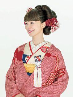 華やかな色や柄ゆきが特徴の花嫁のきものには、ドレスとは違う和装ならではのヘアとバランス感があります。どんなきもの姿も引き立てるための生花やかんざしを使ったおしゃれな和装ヘアスタイルを提案します。 Japanese Wedding, Traditional Wedding Dresses, Yukata, Turban, Wedding Hairstyles, Snow White, Hair Makeup, Hair Beauty, Costumes