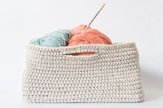Are you one of those people with a house overrun with yarn? Don't know what to do with all those stacks of magazines? Today in the blog we give you the solution to your problems, teaching you to crochet this practical cotton basket.   MATERIALS To make the basket you will need –2 …