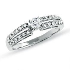 Anillo de compromiso de diseño con un diamante sencillo, acompañado además de diamantes pequeños en ambos brazos haciendo de esta joya un modelo de anillo de pedida solitario llamativo. Puedes adquirirlo en www.joyeriaydiamantes.com