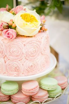 Isn't this a pretty upgrade for your pink champagne roses cake?