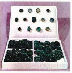 In total, there are thousands of loose emeralds on display. The French jeweller Chardin, who visited Iran during the Safavid era in the mid-17th century, wrote in his travelogue that he often encountered individuals who wore 15 or 16 rings on their hands, often with 5 or 6 rings on a single finger. However, by the time of the Qajar dynasty, rings had fallen from fashion, even for the ladies of the court.