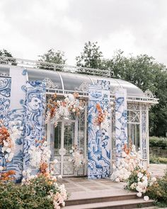 Wedding ceremony backdrop Portugal dreams in Moscow Villa Rotonda by FLORAL STYLE. Wedding Ceremony Backdrop, Wedding Vases, Wedding Decorations, Gregor Lersch, Baroque Wedding, Wedding Couple Photos, Blue And White Vase, Murals Street Art, Floral Style