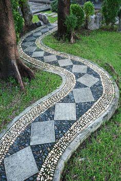 bordures jardin, construction sentier motif mosaïque avec cailloux et galets blanc et bleu