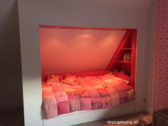 romantische bedstee onder schuin dak van muramura.nl
