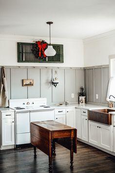 Farmhouse Kitchen Tables, Farmhouse Furniture, White Kitchen Cabinets, Kitchen White, Kitchen Decor, Kitchen Ideas, Kitchen Hacks, Vintage Stoves, Colonial Kitchen