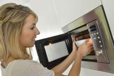 Ezért ne tedd SOHA a mikró közepére az ételt - Ripost