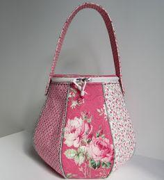 """Jag kunde ju inte hålla mej längre, var ju bara tvungen att sy en väska av rostyger igen :o) Det blev en """"korg-väska"""" likadan som de j..."""
