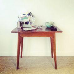 Table d'appoint en bois vernis vintage en ligne sur la mini-boutique :)