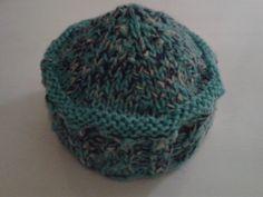 petit chapeau tricoté avec un brin de laine filée au rouet et retordu avec un autre brin
