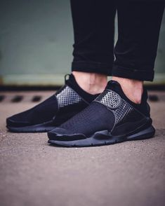 Thanks to Nike Sock Dart's ingenious design, you'll never have to worry about loose fitting slip-on shoes again