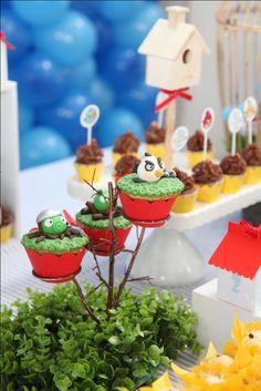 Uma ótima opção de tema para meninos é a festa dos Angry Birds. Devido às cores fortes o resultado sempre é lindo!   Fotos: Duo Fotografia  ...