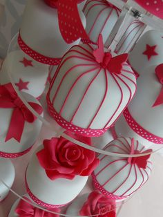 Red and white mini-wedding cakes! Pretty Cakes, Cute Cakes, Beautiful Cakes, Amazing Cakes, Mini Tortillas, Mini Wedding Cakes, Mini Cakes, Wedding Cupcakes, Cotton And Crumbs