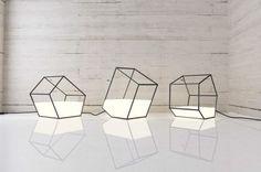 Nissa Kinjalina est une designer basée au Kazakhstan, elle a créé «Living Light» une collection de lampe qui apparaît comme un conteneur dans lequel la lumière a été versée.